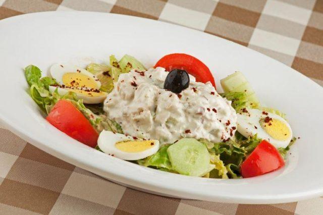 Šarena pileća salata: Lako se sprema, može da bude i obrok! (RECEPT)