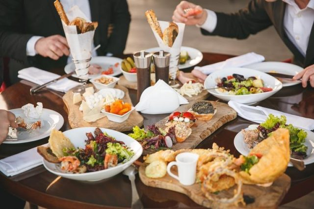Stručnjak za trovanje hranom upozorava: Ovih 5 jela izbegavajte da jedete u restoranu!