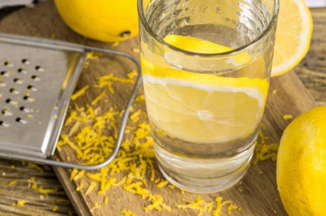 Voda sa limunom je sjajna stvar, ali OVAJ TAJNI SASTOJAK je čini stvarno DELOTVORNOM