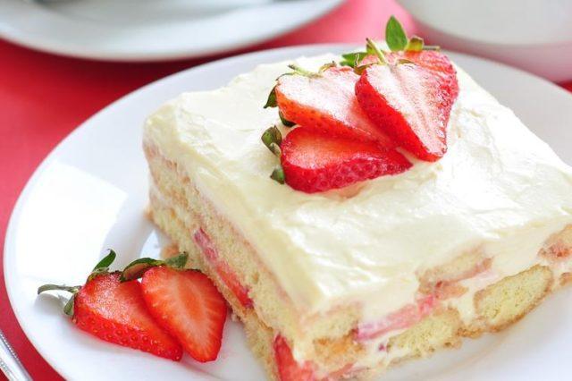 Tiramisu sa jagodama: Najlepši osvežavajući desert koji se brzo sprema! (RECEPT)