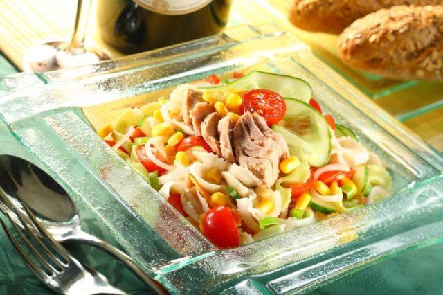 Idealan letnji obrok: Salata sa testeninom i tunjevinom koja se brzo pravi! (RECEPT)