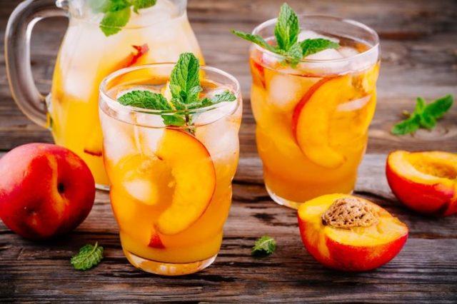 Gasi žeđ i vraća energiju: Domaći ledeni čaj od breskve i limuna! (RECEPT)