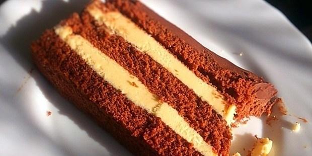 Dugi kolač sa kremom od bijele čokolade
