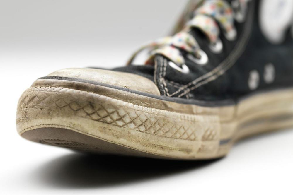 FURATE STARKE, A NEMATE POJMA ČEMU SLUŽE 2 RUPICE NA NJIMA: Nije reč o estetici, a ni o luftiranju stopala, ostaćete ZAPANJENI kad vidite šta treba da radite (VIDEO)