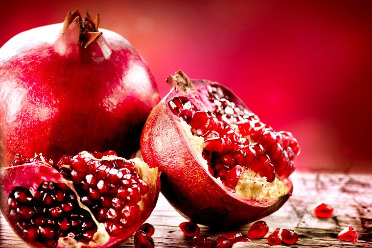 Očistite nar za nekoliko minuta: Uz pomoć ovog trika uživaćete u slatkom ukusu kraljevske voćke!