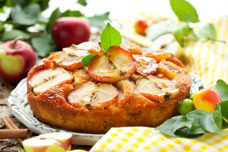 Brzinski prevrnuti kolač od jabuka: Uživaćete u svakom zalogaju! (RECEPT)